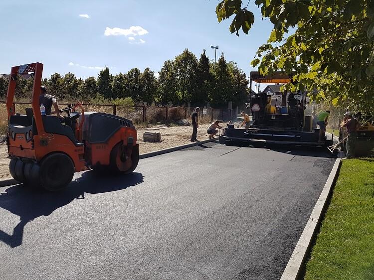 Процесс асфальтирования дороги в Киеве